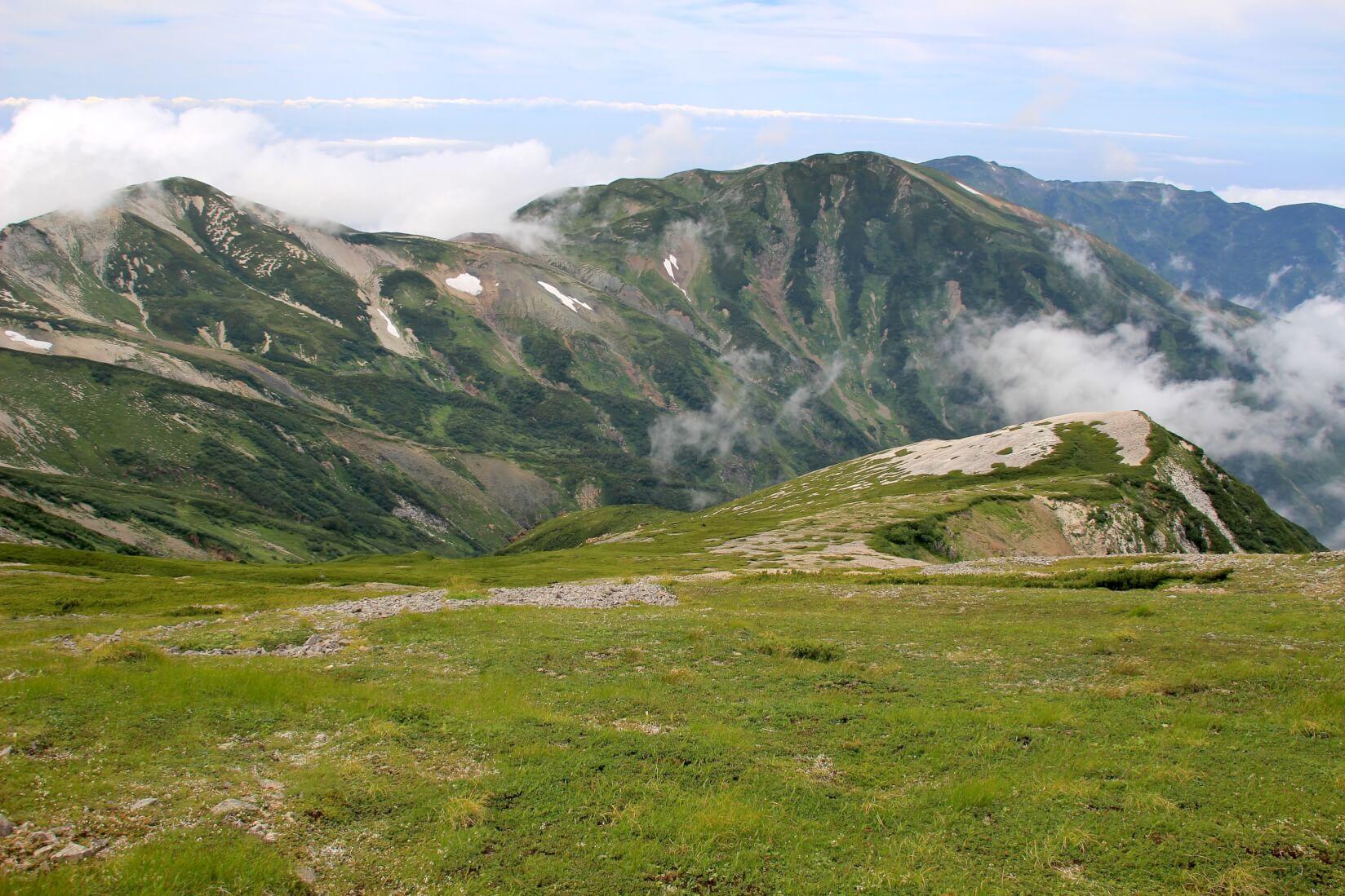 白馬大池から白馬岳にかけての稜線より富山側