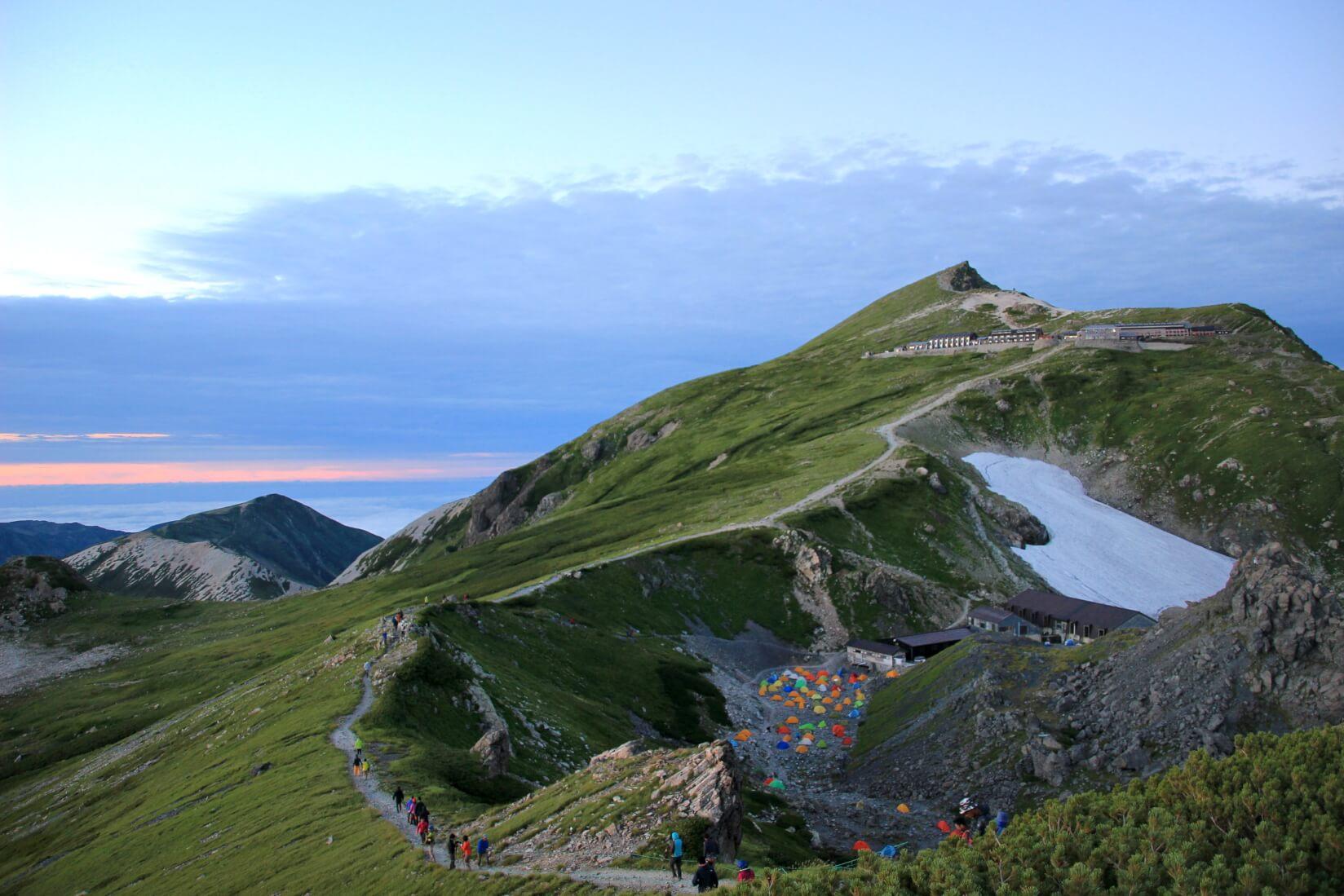 白馬岳と白馬岳頂上宿舎テント場の夕暮れ