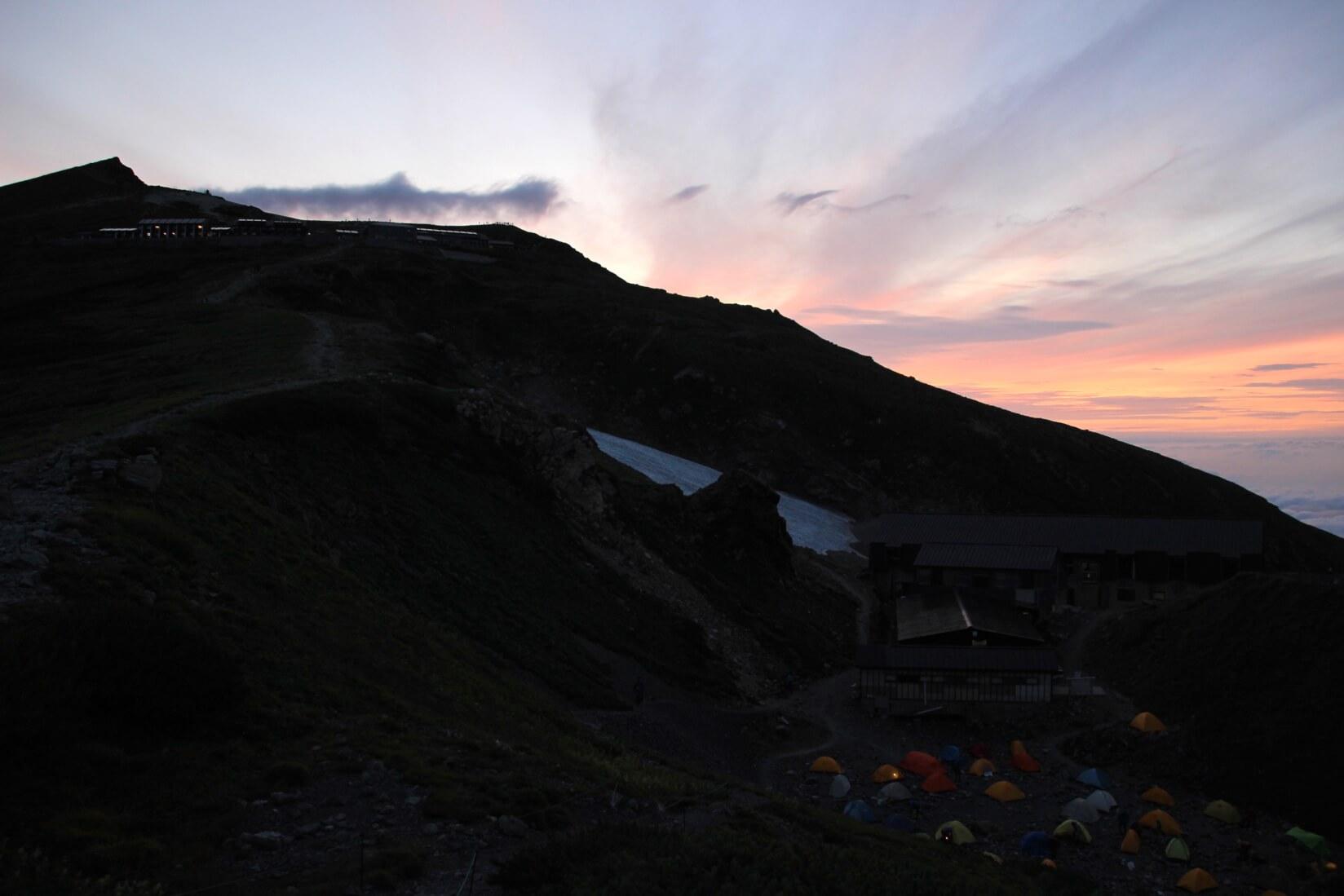 早朝の白馬岳と白馬岳頂上宿舎テント場