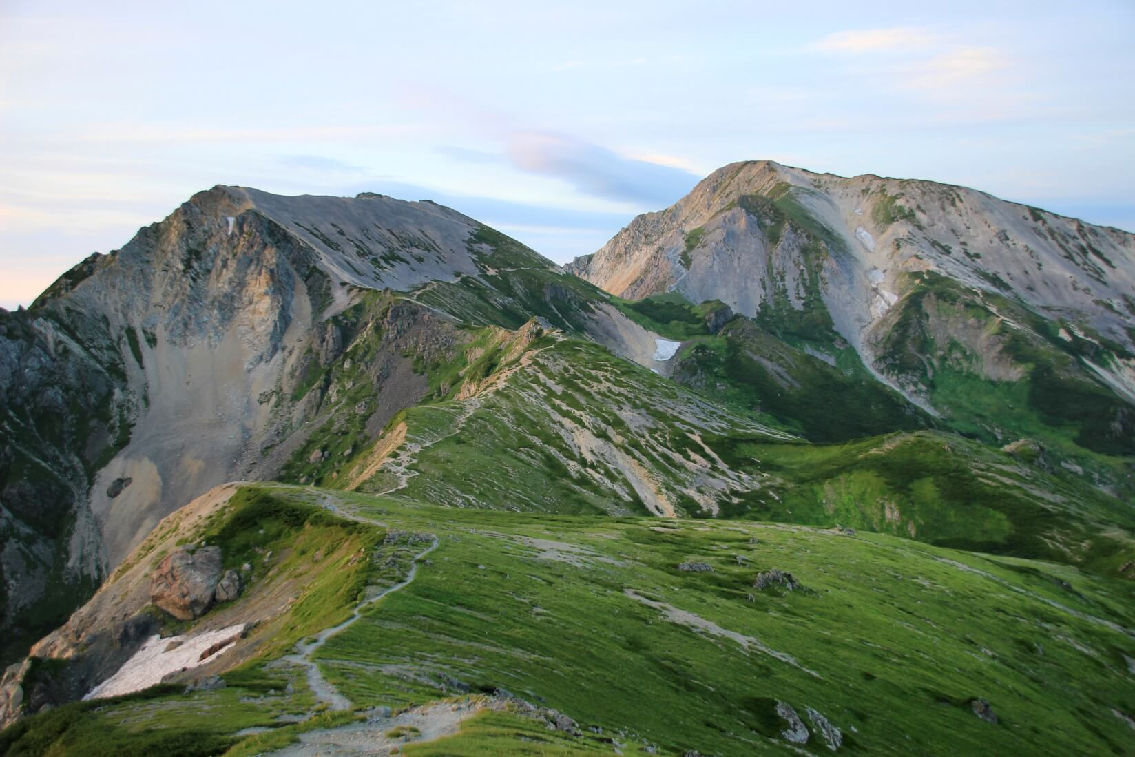 白馬三山の杓子岳(左)と白馬鑓ヶ岳(右)