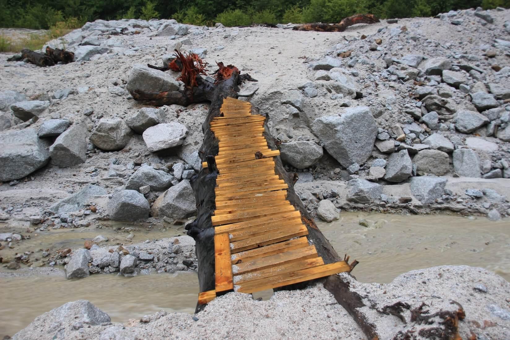 北アルプス裏銀座登山口そばの丸太橋