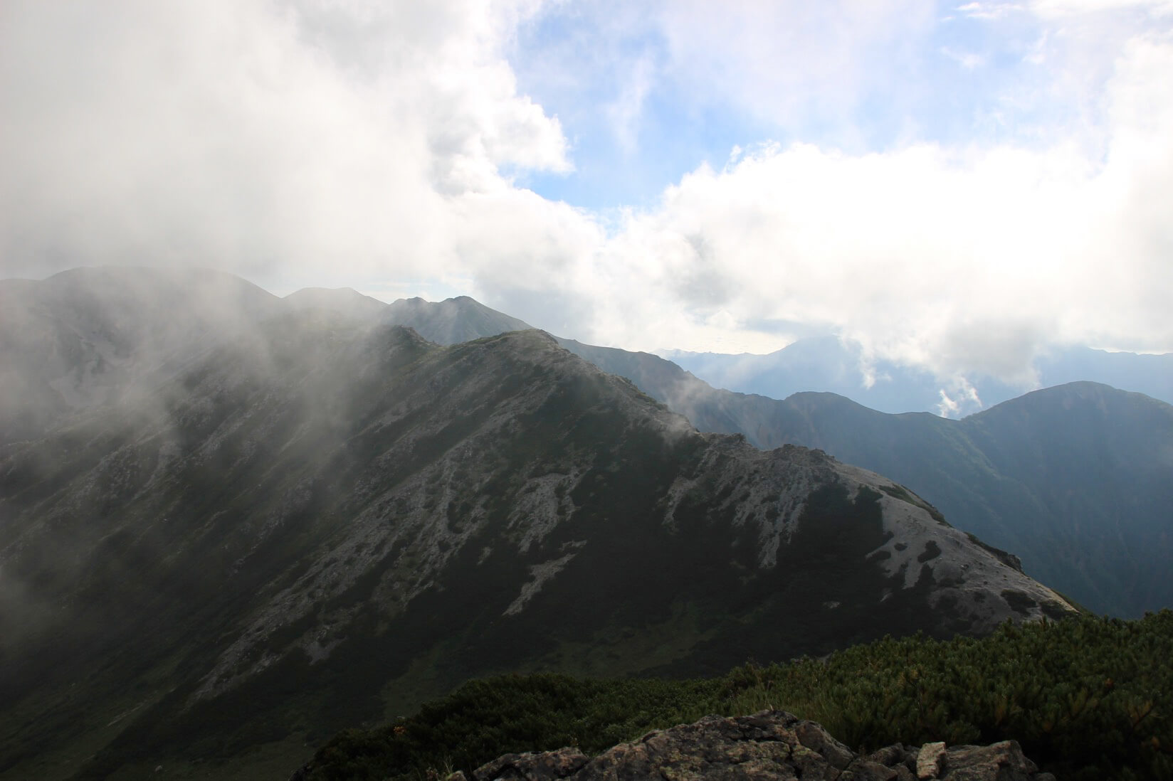 野口五郎岳から水晶小屋にかけての裏銀座縦走路