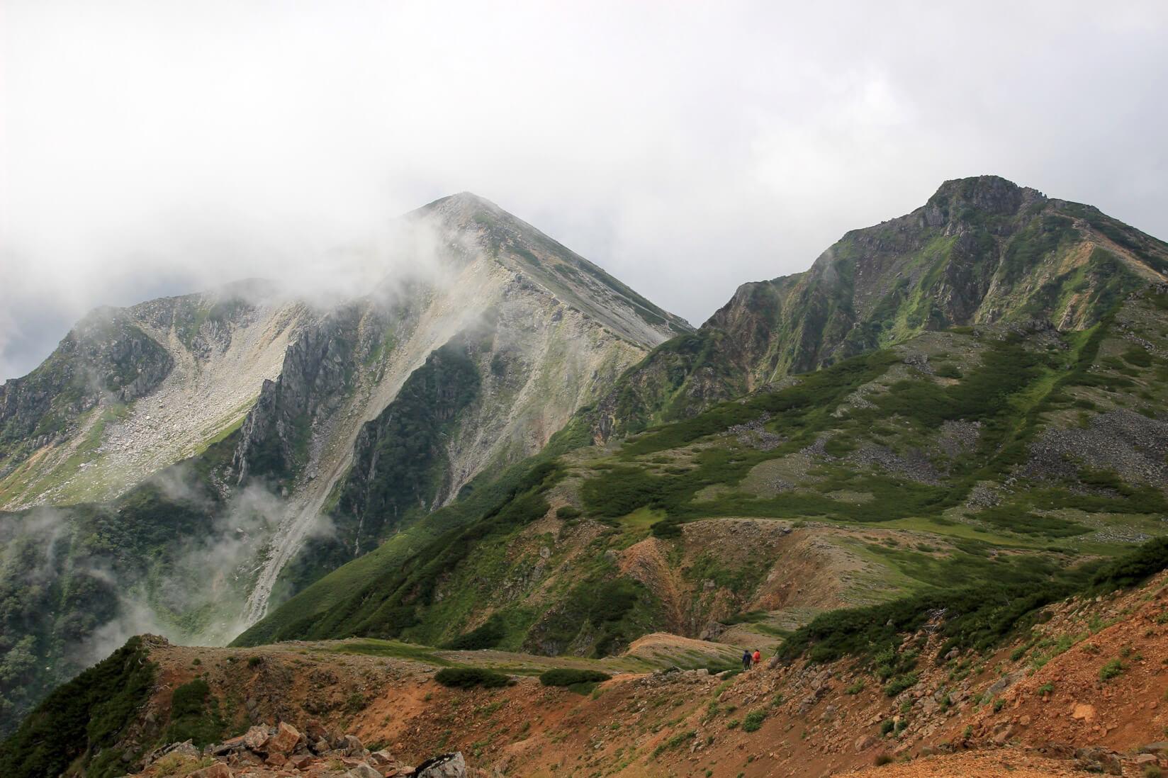 裏銀座縦走路より鷲羽岳(左)とワリモ岳(右)