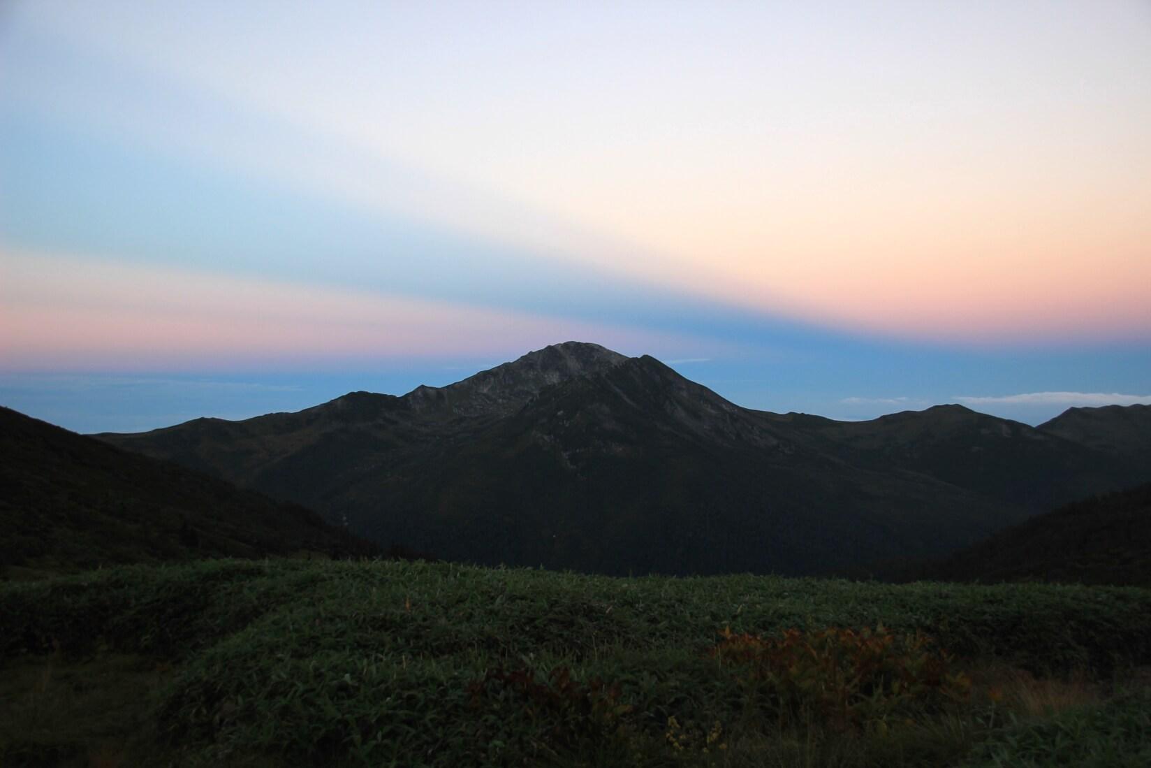 早朝の雲ノ平キャンプ場より黒部五郎岳