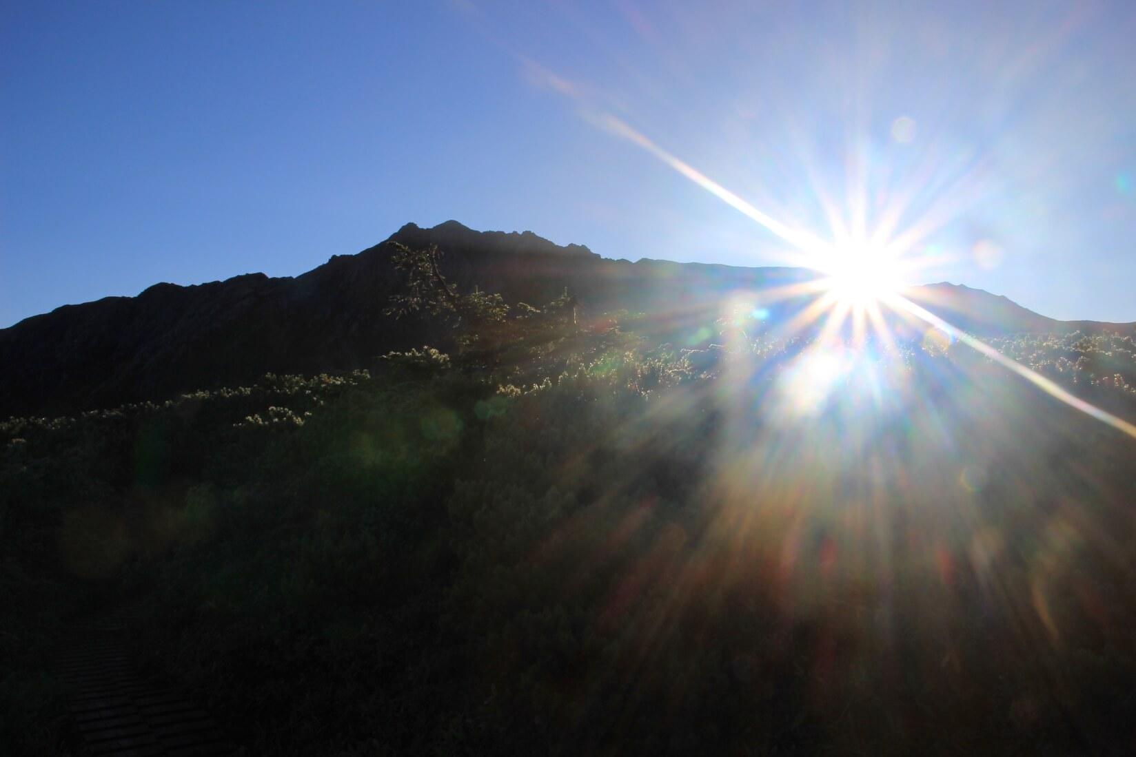 水晶岳より朝陽眩しく