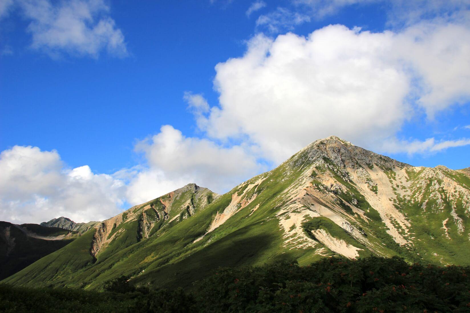 三俣蓮華岳キャンプ場からの眺め。右から鷲羽岳、ワリモ岳、水晶岳