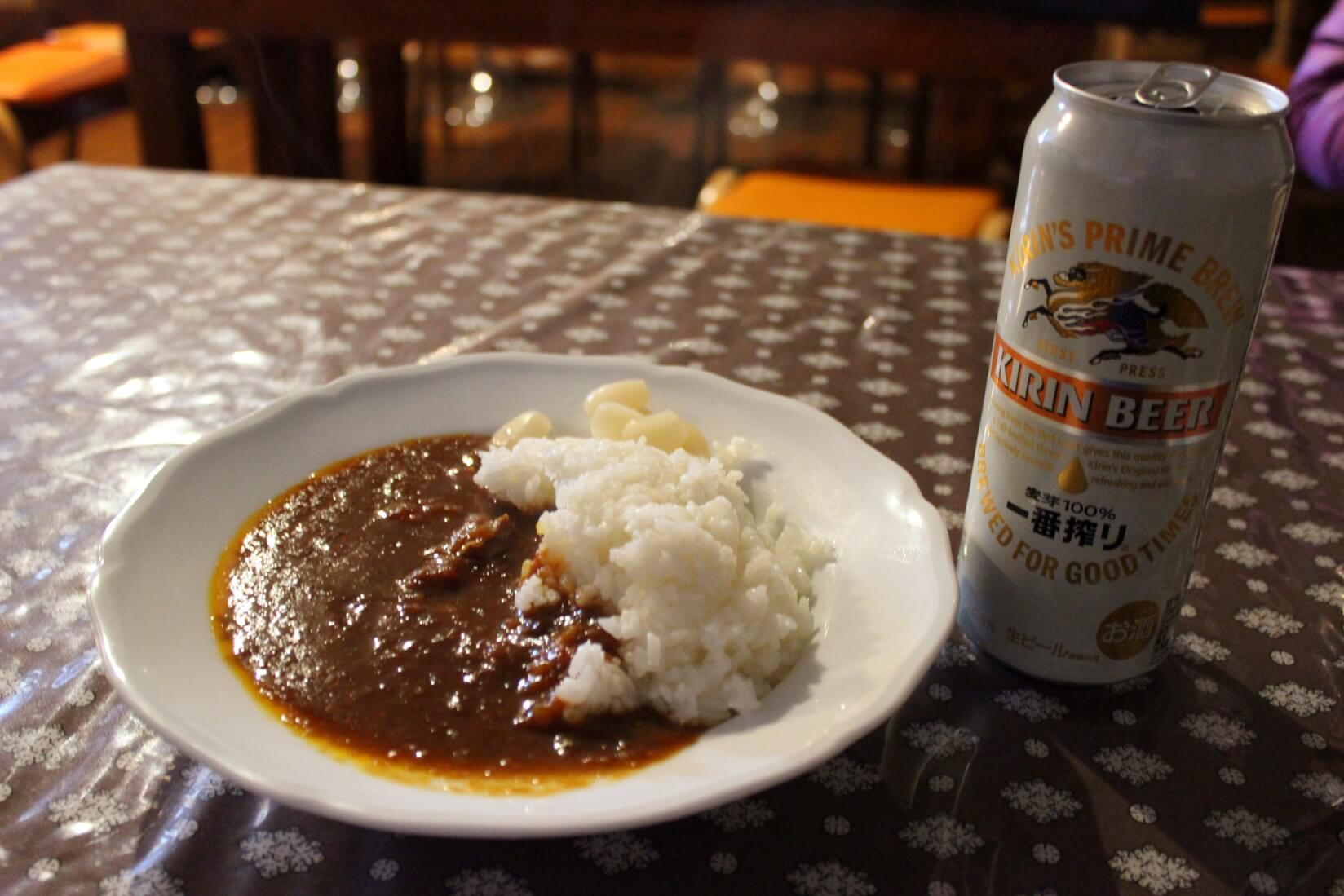 三俣山荘展望食堂のカレーとキリン一番搾り