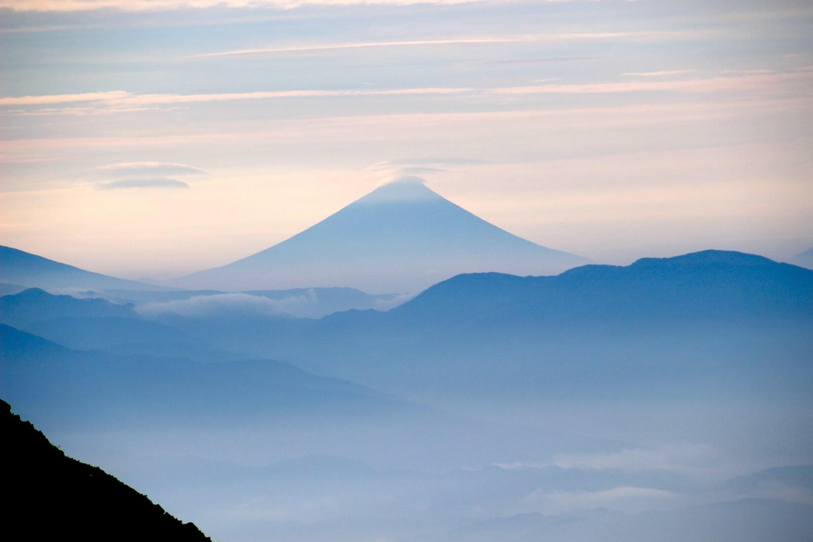 爺ヶ岳の稜線より富士山