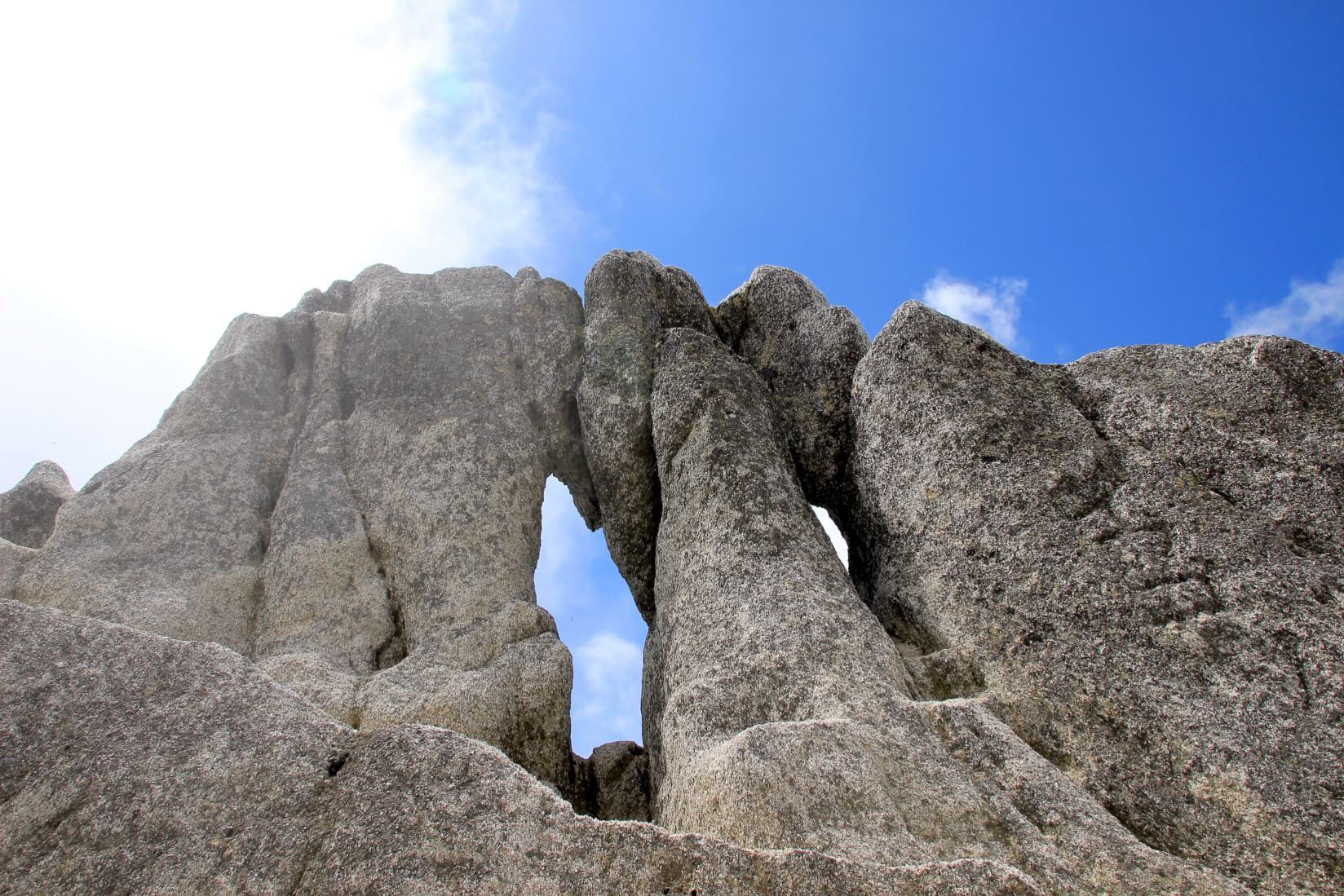 燕岳山頂までの岩